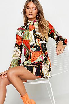 Se  Tie Neck Chain Print Skater Dress ved Boohoo.com
