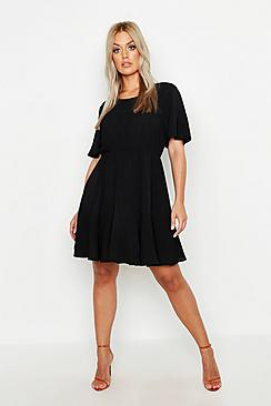 Se  Plus Tiered Crepe Smock Dress ved Boohoo.com