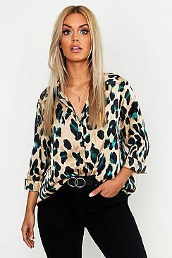 Se  Plus Satin Leopard Shirt ved Boohoo.com
