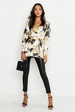 Se  Tall Satin Chain Print Wrap Shirt ved Boohoo.com