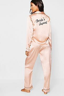 Se  Brides Squad Satin Trouser Set ved Boohoo.com
