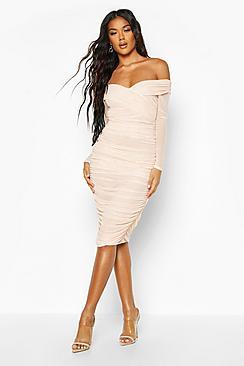 Se  Off Shoulder Ruched Mesh Bodycon Midi Dress ved Boohoo.com