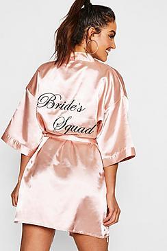 Se  Brides Squad Satin Robe ved Boohoo.com